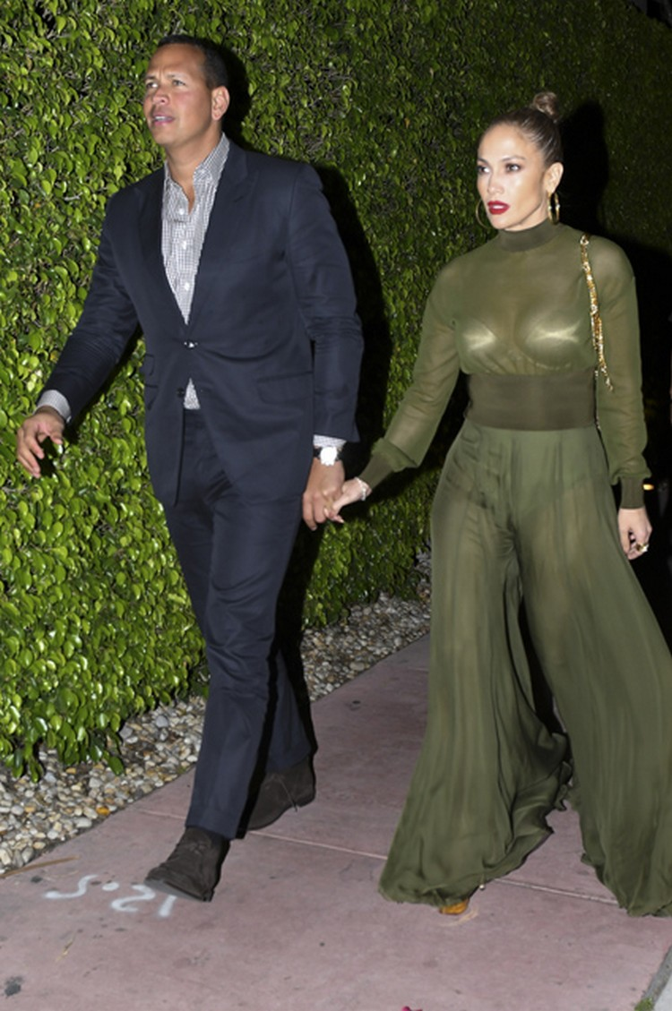 Jennifer Lopez in see-through dress to go to dinner with Alex Rodriguez