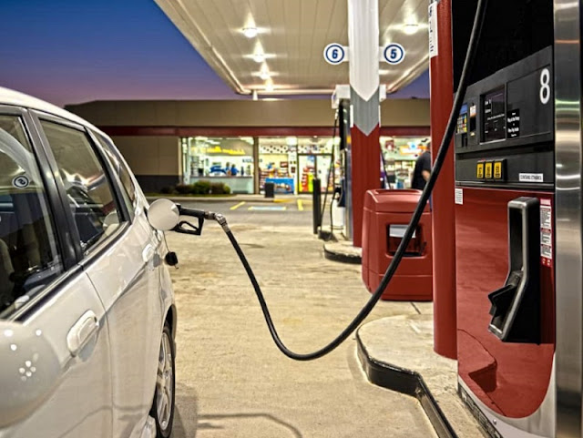 Carro sendo abastecido em posto de gasolina