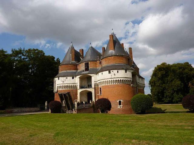 O castelo de Rambures é outro exemplo da Normandia. Uma família nobre abriu o que nós chamaríamos uma 'fazenda'.