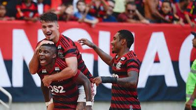 Lincoln, do Flamengo, comemora seu gol contra a Chapecoense com Thuler e Vitinho (Foto: Alexandre Vidal/ Flamengo/ Divulgação)