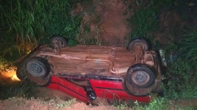 Condutor cai em vala após perder o controle do veículo em Porto Velho
