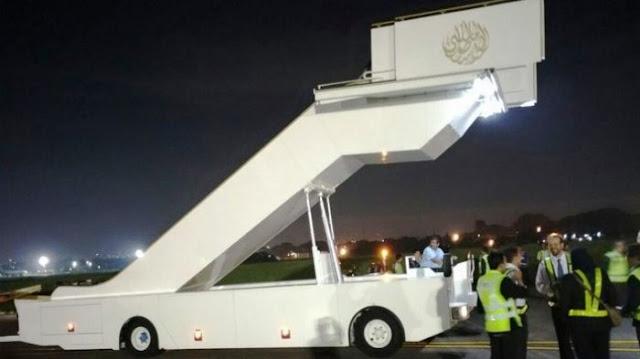 Inilah Tangga Khusus (Escalator Portabel) dan Mobil Mewah Raja Salman