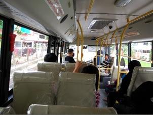 Suasana di Bus / angkutan umum no. 01 lintas timur. Tiket hanya 1 BND