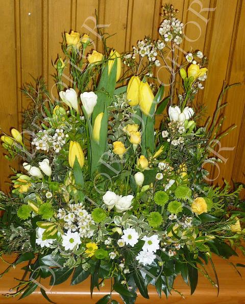 Tavaszi sárga asztaldísz fréziából, tulipánból és viaszvirágból