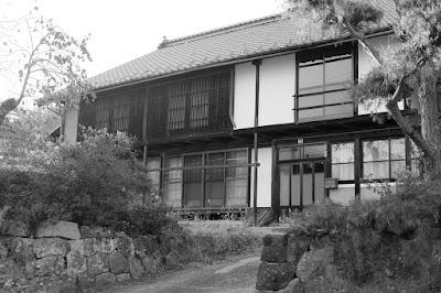 古民家カフェ ひとつ石の白黒写真 母屋