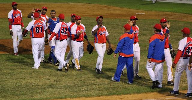 Un voto por los cubanos que juegan en las grandes ligas, en las ligas menores, en cualquier liga del mundo o en la luna, un voto para hacer un equipo unido y robusto