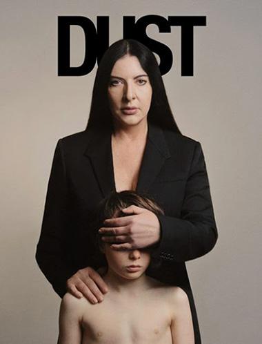 marina abramovic en la portada de la revista dust cegando a un niño