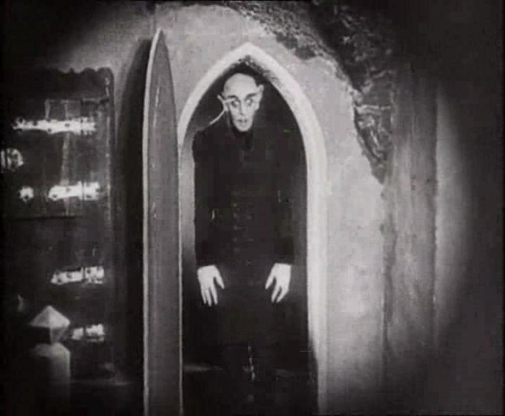 Nosferatu saliendo de su ataud