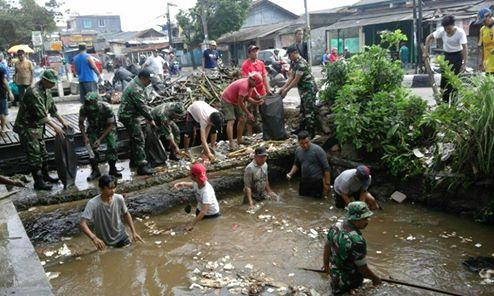 Koramil 01/Pancoran Mas Karya Bakti Angkat Sampah di Kali Licin