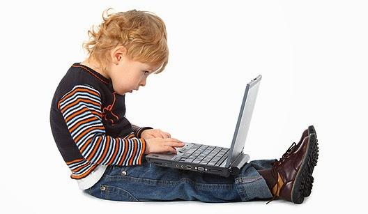 Criança e a postura na frente do computador e notebook