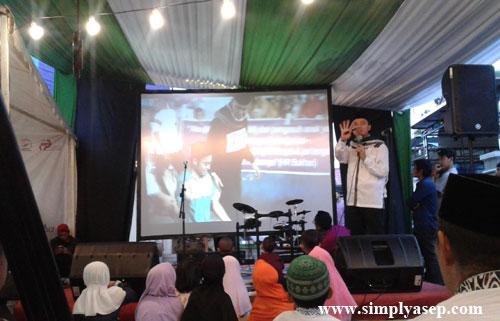VIDEO : Ustad Lukmanulhakim, pimpinan Ashabul Yamin Munzalan saat menyampaikan presentasi VIDEO awal mula gerakan infaq Beras ini mulai dijalankan.  Foto Asep Haryono