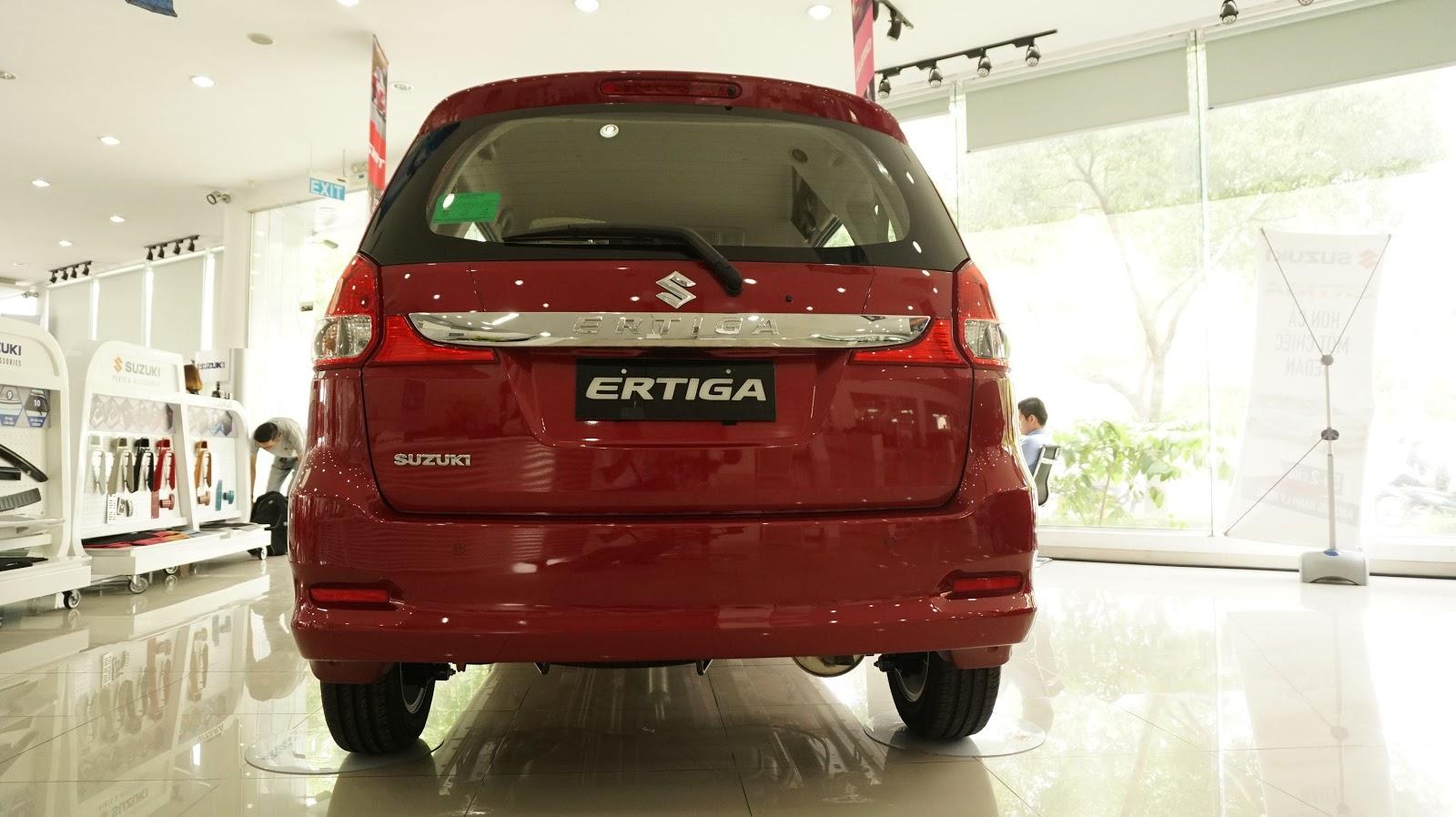 Mặt sau của xe đơn giản, chắc chắn và an toàn với nhiều cảm biến, cửa mở điện
