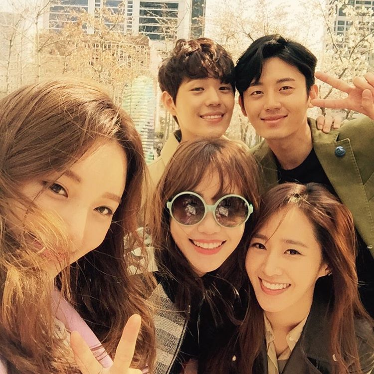 SNSD Yuri posed for a group picture with the cast of 'Gogh ...