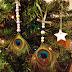 Τα φτερά του παγωνιού έγιναν χριστουγεννιάτικα στολίδια!