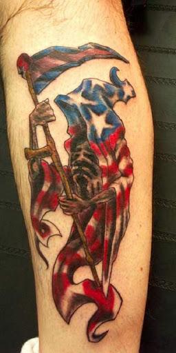 Colorido Grim Reaper tatuagem. O reaper sobre esta tatuagem está vestindo sim uma única capa que se assemelha a uma bandeira Americana. Mesmo que a lâmina da foice também é colorido, à semelhança da bandeira Americana.