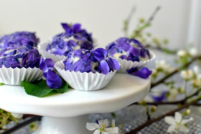 trufle%2Bz%2Bbia%25C5%2582ej%2Bczekolady%2Bfio%25C5%2582ki Trufle z białej czekolady z fiołkami