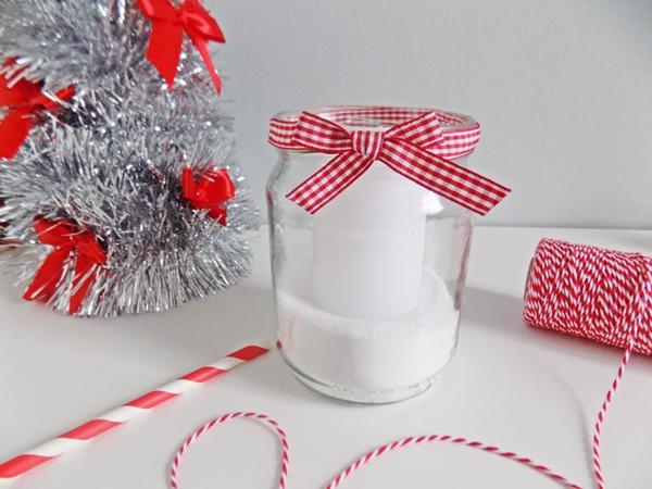 Ostatnia propozycja jest najbardziej minimalistyczna i mi przypadła najbardziej do gustu. Do bazy naszego świecznika dodałam jedynie tasiemkę w biało-czerwoną krateczkę.