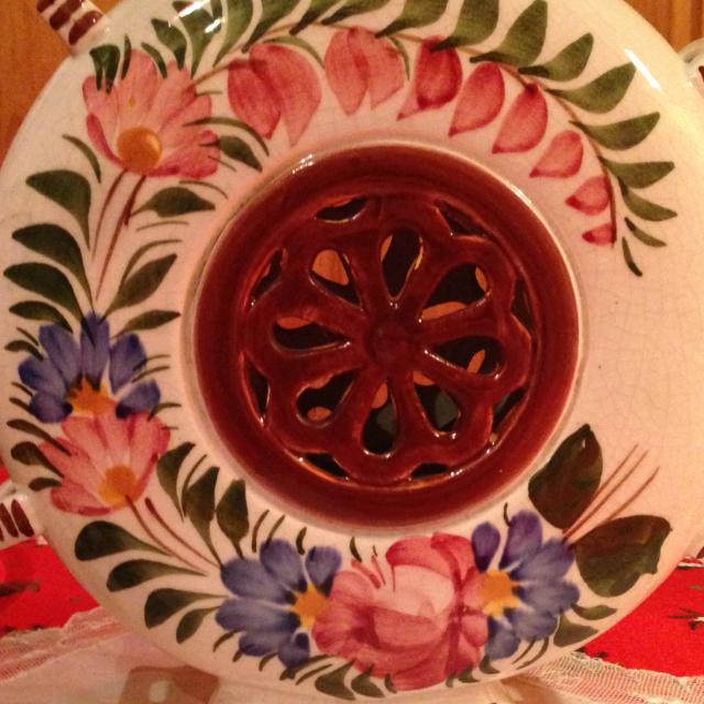Festett virágok a porcelán kulacs homlokoldalán