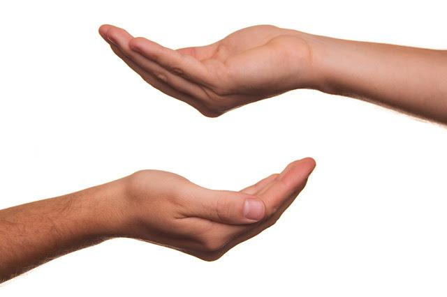 tangan memberi bantuan kepada yang membutuhkan