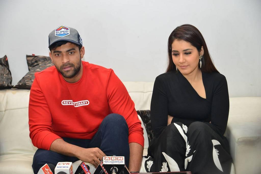 Raashi Khanna Stills At Tholi Prema Movie Promotions At Vignan College ❤