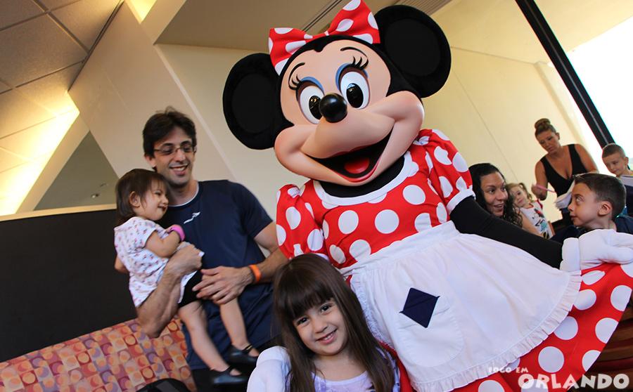 Minnie vestida de cozinheira diverte a garotada no Chef Mickey's