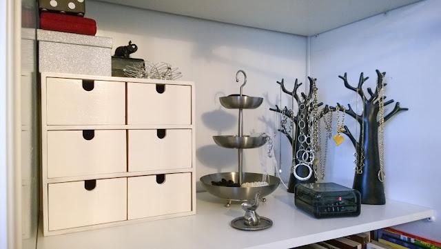 Saippuakuplia olohuoneessa. blogi, kuva Hanna Poikkilehto, koti, sisustus, korut