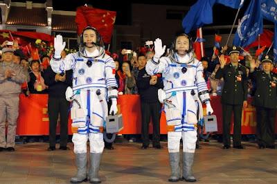 Los taikonautas Jing Haipeng (d) y Chen Dong (i). FOTO: XINHUA