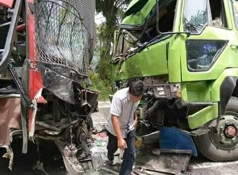usai tabrakan dengan Innova, Bus Makmur yang diduga hilang kendali ini kemudian terlibat laga kambing lagi dengan truk fuso