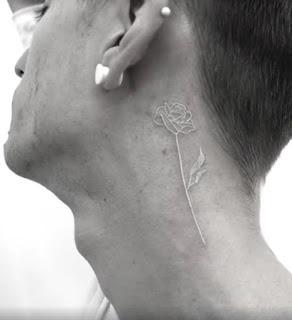 tatuaje blanco de rosa en el cuello