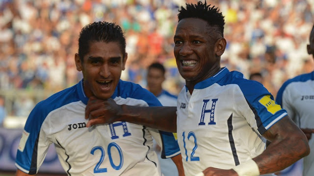 Romell Quito celebra su gol con Jorge Claros