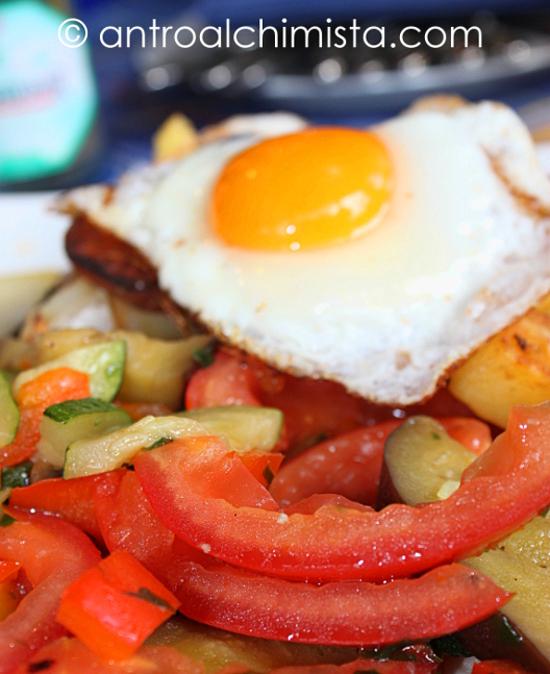 Leicht Gebratenes Frisches Gemüse In Olivenöl mit Spiegelei