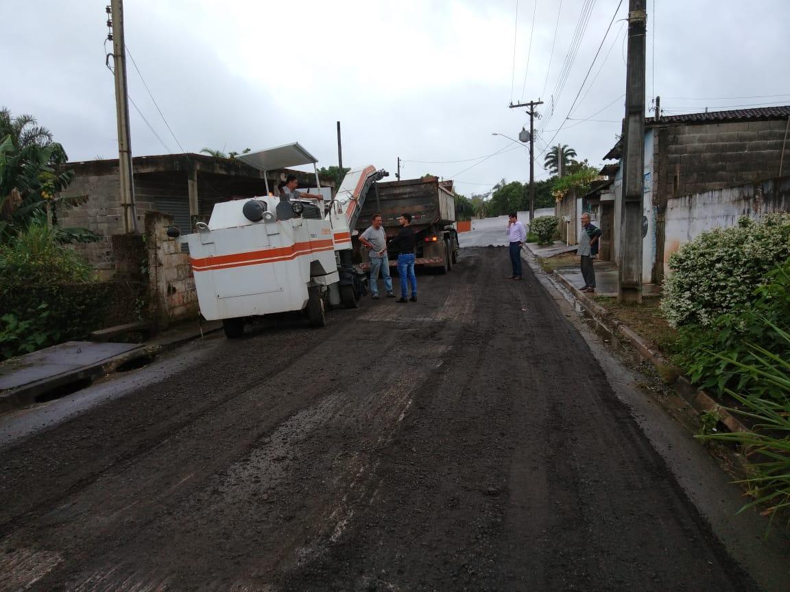 Prefeito Ezigomar visita obras de recapeamento em Oliveira Barros