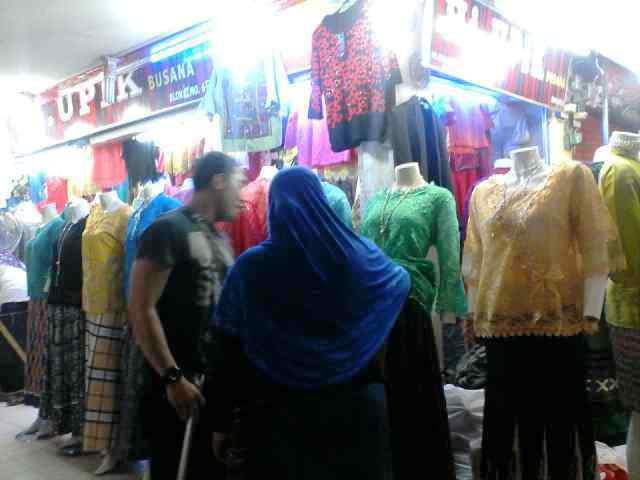 Kisaran harga yang ditawarkan untuk satu potong baju atau rok bisa mencapai 300-500 ribu dan jangan malu untuk menawar