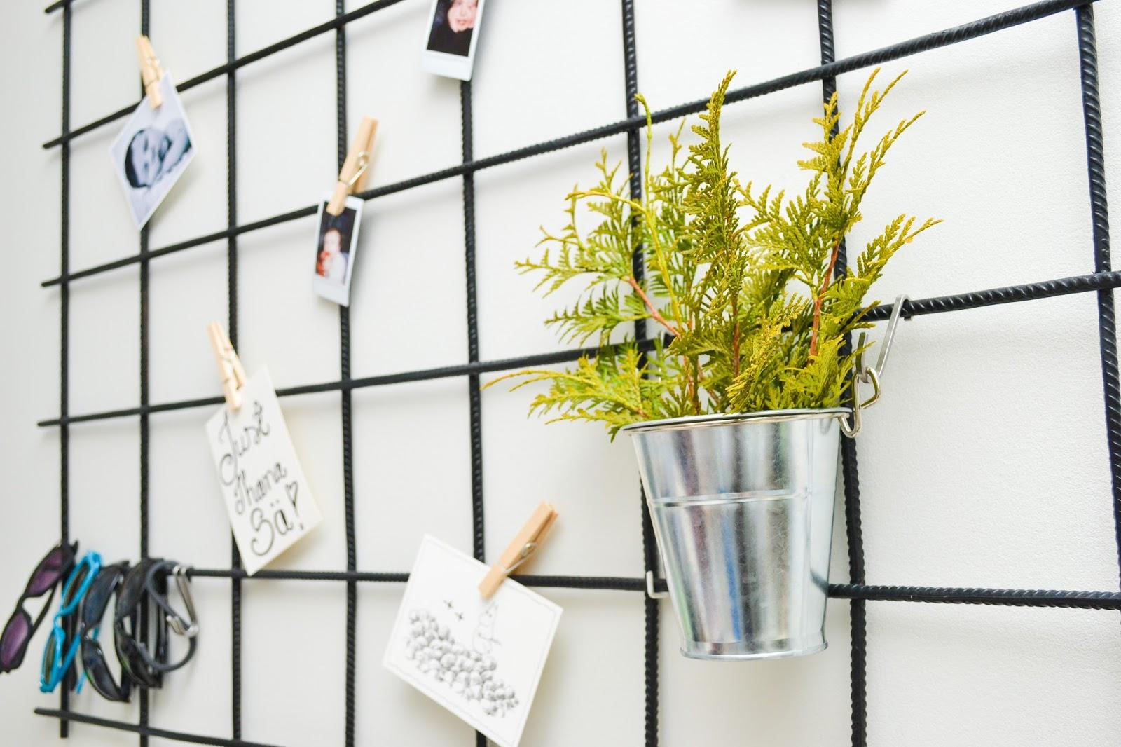 Saippuakuplia olohuoneessa- blogi, kuva Hanna Poikkilehto, metallinen ritilä muistitaulu, diy, raudoitusverkko, työhuone, koti, sisustus, blogisisaret