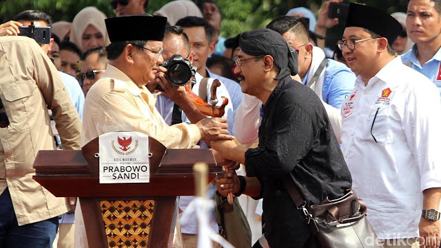 Prabowo Diberi Keris Pasopati Saat Kampanye di Solo