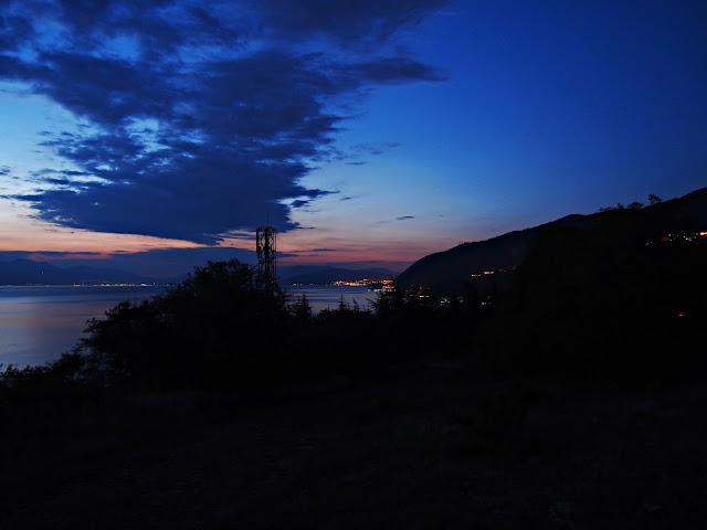 Nocne jezioro Ochrydzkie z widokiem na macedoński brzeg (lipiec 2015)