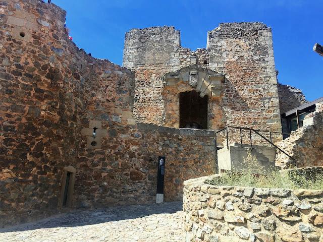 Castelo Rodrigo, torreão quadrangular com o brasão.