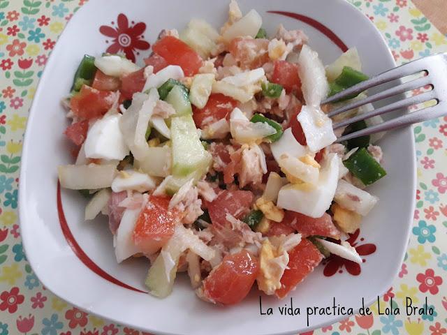Ensalada de tomates pimientos, pepinos y cebolla