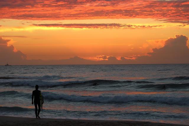 surf al tramonto sulla spiaggia di Lisbona