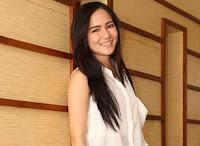 foto Masayu Clara lagi senyum lepas