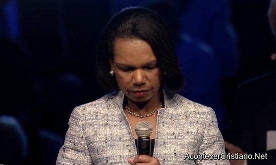 Ex secretaria de Estado Condoleezza Rice orando