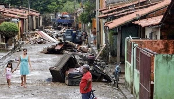 Equipes do Corpo de Bombeiros e da Defesa Civil continuam trabalhando nesta sexta-feira (5/4) em regiões de Teresina (PI) fortemente atingidas pela chuva registrada nos últimos dias.