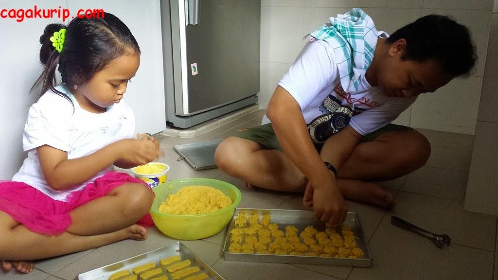 Sibuk Membuat Kue