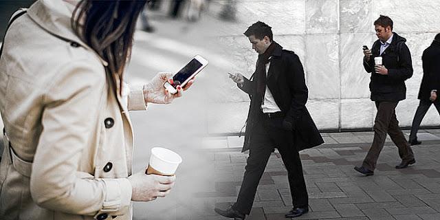 Bahaya bermain handphone sambil berjalan