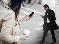 6 Bahaya bermain handphone dan smartphone sambil berjalan