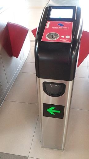 Untuk Masuk Ke Stasiun Cukup Tap Saja Koin Biru Tersebut Di Tempat Yang Sama Dimana Orang Men Kartu Mereka Ingat Ini Jangan Sampai