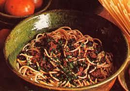 Gli Spaghetti alla puttanesca sono un piatto molto saporito e preparato con ingredienti molto facili da reperire