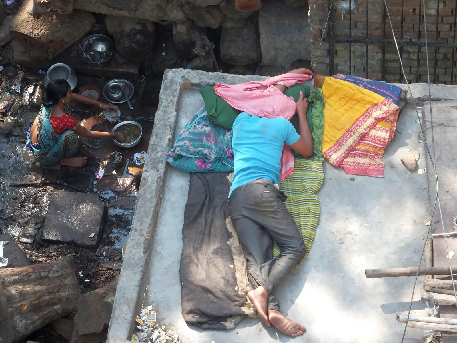 вот так и живут бедные индусы