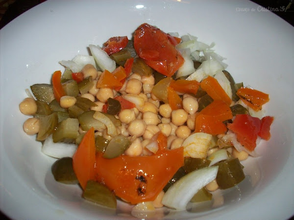 Salată de năut cu ardei copți - Rețetă de post, fără gluten