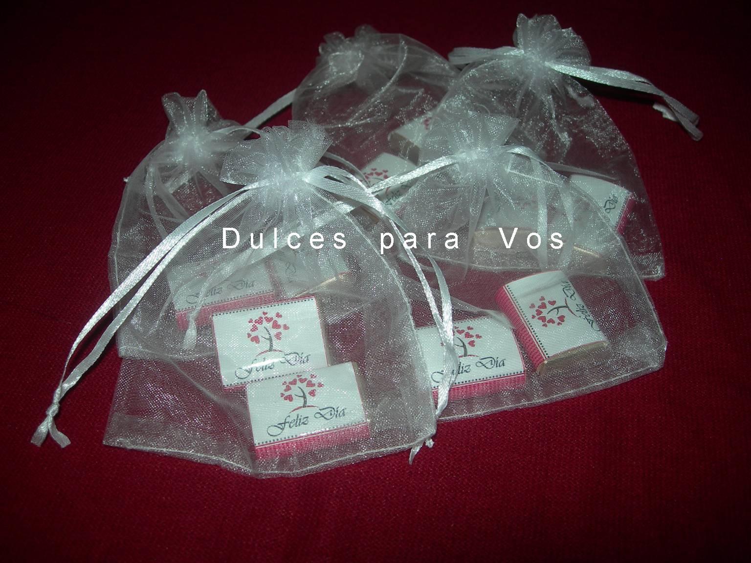 fb8d3ee88 Delicadas bolsitas de organza con dos chocolates con leche de 5grs.  personalizados. Souvenir económico para todo tipo de evento.